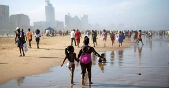 Photos: Chorkor Beach filled to the fullest as residents defy Lockdown directives as they chill on Easter Sunday