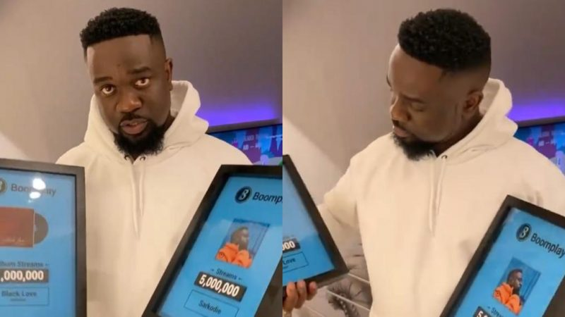 Sarkodie Receives Original Plaques For His Huge Number Of Streams On Boomplay – Video